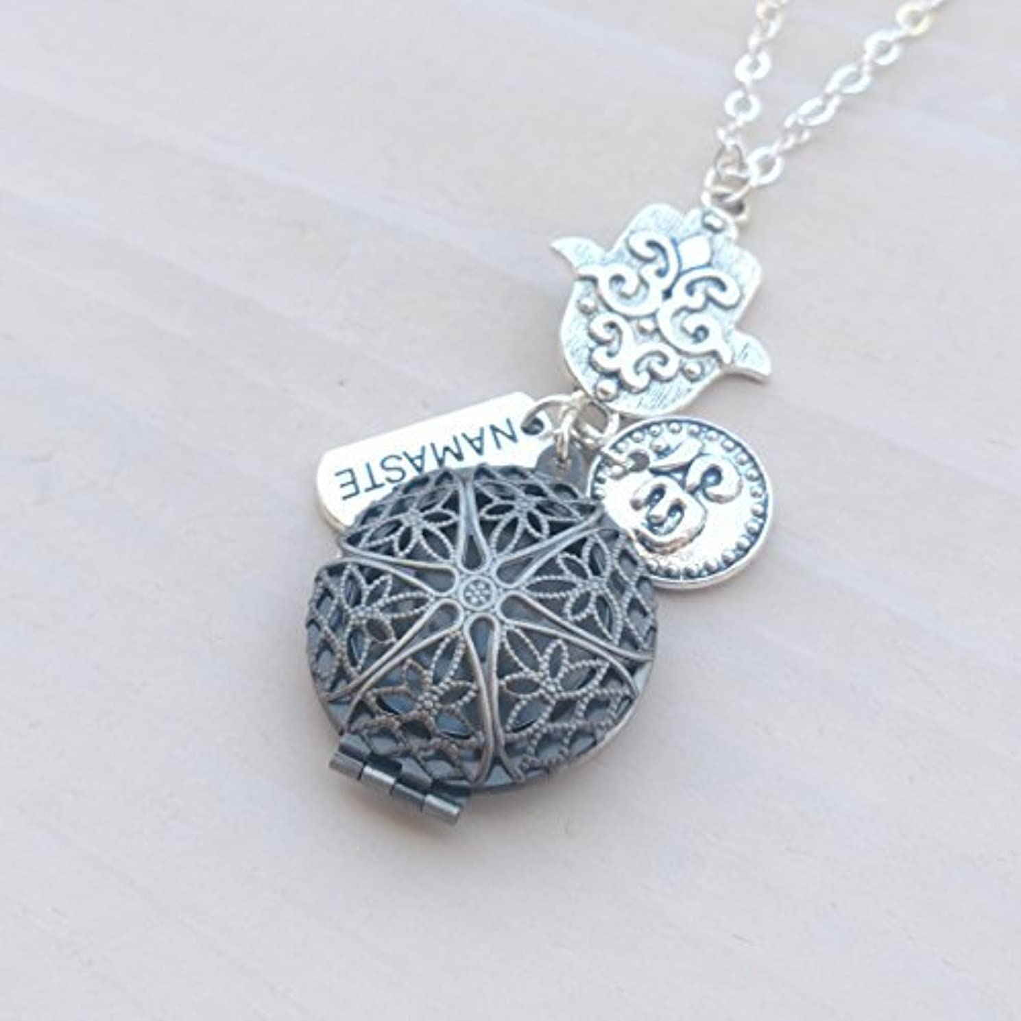 侵略達成するドロップHamsa Namaste and Om Silver-tone Charms Aromatherapy Necklace Essential Oil Diffuser Locket Pendant Jewelry w/...