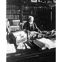 写真プリント 24x30: アンドリュー・カーネギー 1835-1919 ハーフレングス 机の後ろに座るカーネギー