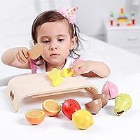 子供は、食物、小型の食物、木製のおもちゃ、偽造の果実、および野菜をする