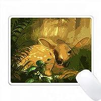 森林の緑に囲まれた甘い赤ちゃんの子牛。 PC Mouse Pad パソコン マウスパッド