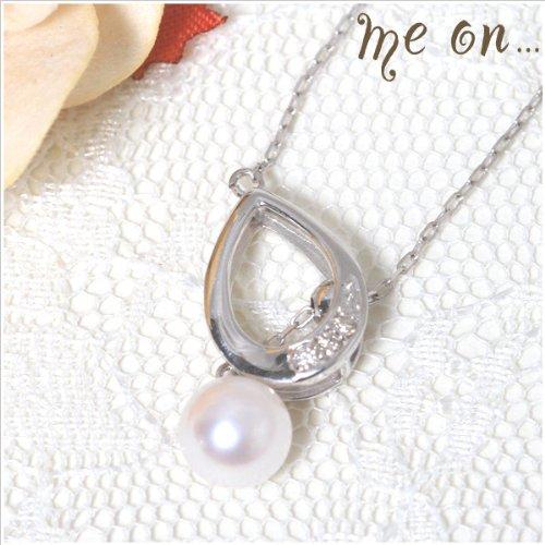 (me on...) さりげなくダイヤがあしらわれた K10 ホワイトゴールド (10K) 雫 モチーフ ×ダイヤ & パールの ネックレス