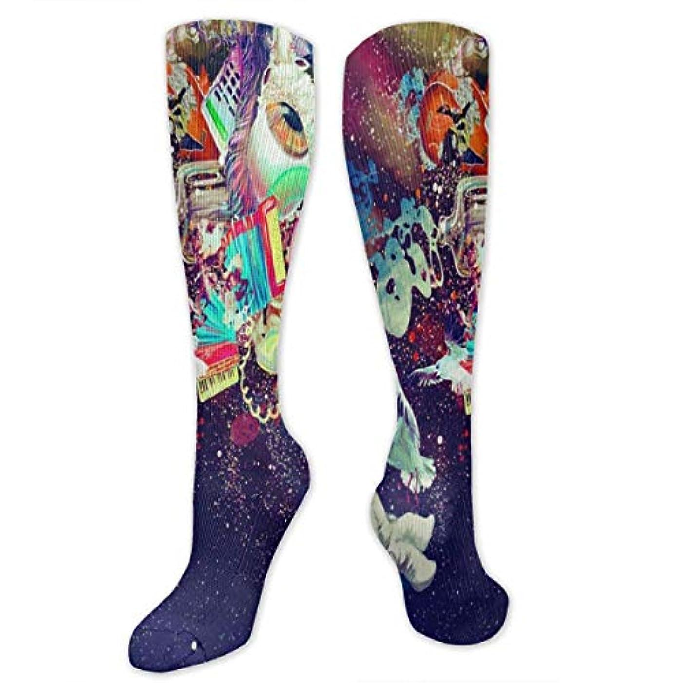 バイナリ川従順女性のトリッピースペース宇宙飛行士カラフルな模様のドレスソックスクルーソックススポーツ用