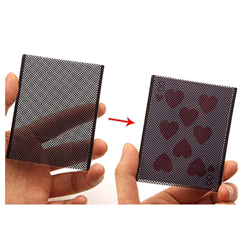 クローズアップパフォーマンスのポーカーカードが魔法の小道具を変える