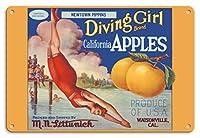 22cm x 30cmヴィンテージハワイアンティンサイン - カリフォルニアのリンゴ - ニュータウンPippins - ダイビングガールズブランド - ビンテージなフルーツの木箱のラベル c.1920s