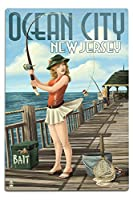 Ocean City、新しいジャージー – 釣りPinup Girl 12 x 18 Metal Sign LANT-44496-12x18M