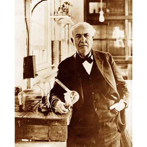 品質デジタル印刷のヴィンテージの写真–Thomas Edison Poses with hisライト電球。 M 8096LUSEM