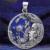 ▼ルナ - ムーン・ゴッデス・ペンダント●魔術や魔女の世界では非常に重要な女神として扱われる月の女神、ルナのペンダントです。女神の優しく美しい表情と長い髪、そして海や夜空をイメージさせる深い青色のエナメルが神秘的で女性的な印象を醸し出しています。