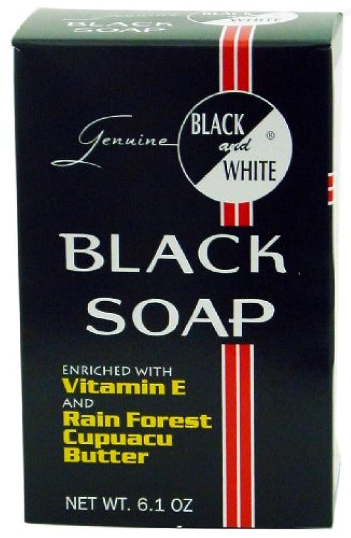 店主読みやすさ確認するBlack and White ソープ、6.1オンス