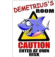 "Demetrius Caution入力Sharkキッズ部屋ドア飾りサイン9"" x12""アルミ。"