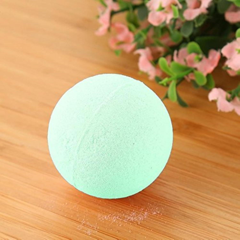 バブル塩風呂の贈り物のためにボールをリラックスした女性の塩