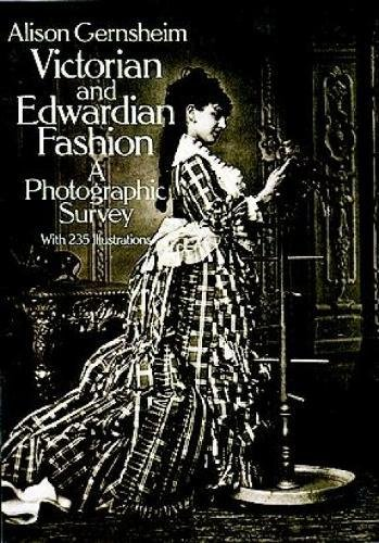 Victorian and Edwardian Fashion: A Photographic Survey (Dover Fashion and Costumes)の詳細を見る