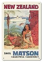 22cm x 30cmヴィンテージハワイアンティンサイン - ニュージーランド - マトソン航海 - 蒸気船マリポサ号, 蒸気船モントレー号 - マオリ族の女性がファカイロ(彫像) の前に座る - ビンテージな遠洋定期船のポスター によって作成された ルイ・マクィヤール c.1955