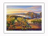 日没時の湖沿いのヴィンヤード - ワインカントリーアート によって作成された カーン・エリクソン -プレミアム290gsmジークレーアートプリント - 46cm x 61cm