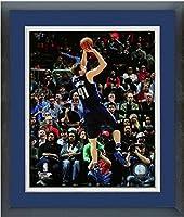 "Dirk Nowitzki Dallas Mavericks NBAアクション写真(サイズ: 18"" x 22"" )フレーム入り"
