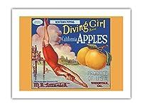 カリフォルニアのリンゴ - ニュータウンPippins - ダイビングガールズブランド - ビンテージなフルーツの木箱のラベル c.1920s -プレミアム290gsmジークレーアートプリント - 46cm x 61cm