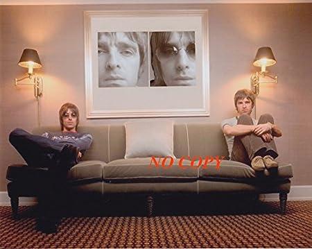 sp:大きな写真、バンド「オアシス」ソファーの二人