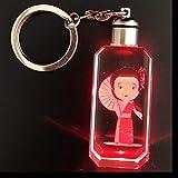 クリスタル キーホルダー かわいい 着物を着ている女の子 バッグチャーム 携帯ストラップ カギ キーチェーン レーザー彫り 光る 赤色LEDライト付き 誕生日プレゼント 友だち子供への贈り物 お祝いギフト