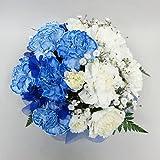青と白のカーネーションのお供えアレンジメント(サイズ 奥行:約17cm×幅:約19cm×高さ:約20cm)