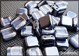 40個のビーズ。Estrelaによるチェコのガラスビーズ。フラットタイル6x6x3.2ミリメートル。二つの穴。ビーズの片面は真珠の母で覆われています。真珠の模倣。コーティングカラーブルーグレー。