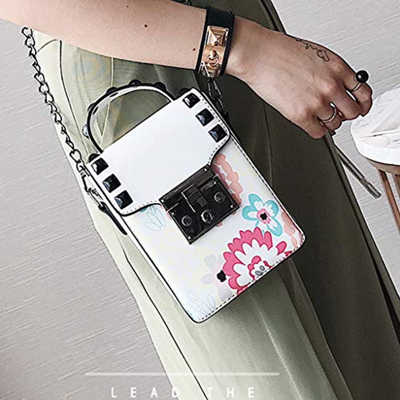 著名な算術荷物女性印刷リベットチェーンショルダーバッグレディースキャンパススタイルクロスボディバッグ、ファッショントレンド新しいクロスボディバッグ、チェーンレディース小さなバッグ、プリントパターントレンド小さな財布 (白)