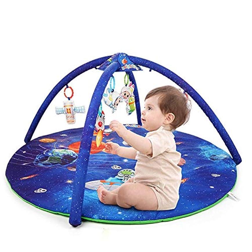 注目すべき引き出す付属品青いスペースプリントの赤ちゃんプレイマット幼児はかわいいガラガラとアクティビティジムをプレイ幼児はマットを這う