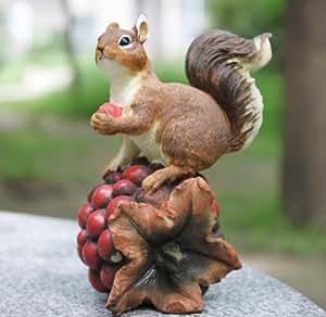 かわいすぎる 木の実を食べる リスさんの 置物 キュートな ガーデニング インテリアに
