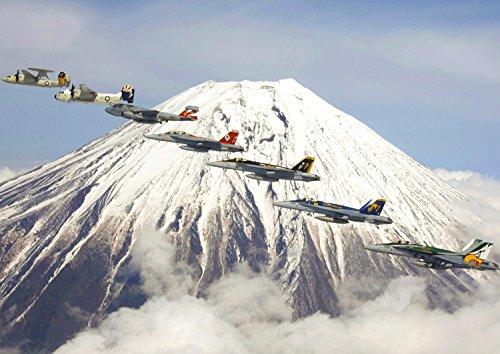 絵画風 壁紙ポスター (はがせるシール式) 富士山と飛行隊 富士山 ふじやま 戦闘機 キャラクロ FJS-002A1 (A1版 830mm×585mm) 建築用壁紙+耐候性塗料