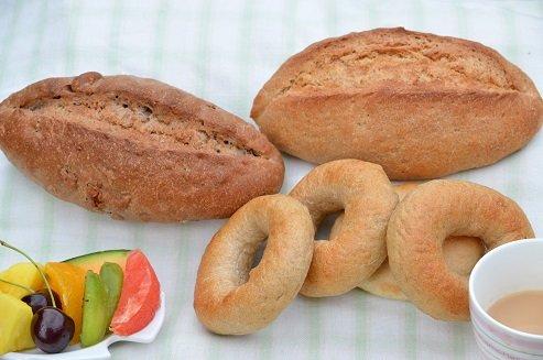 全粒粉100%のパン3種類セット。   ※「全粒粉100%パン」、「全粒粉100%くるみひまわり」、「全粒粉100%ベーグル(4個入り)」の三つです。(天然酵母です) 3 sets of bread with 100% whole grain flour