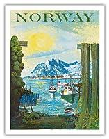 ノルウェイ - スカンディナビア - 漁村のボート - ビンテージな世界旅行のポスター によって作成された ラース・ソーセン c.1940s - アートポスター - 51cm x 66cm
