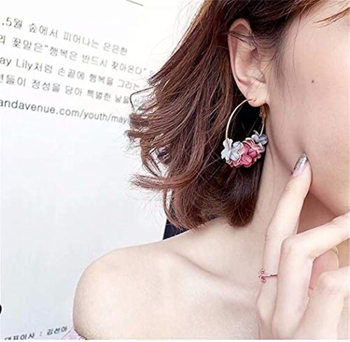控えめな便益つづり七里の香 フラワードロップピアス人工真珠の花ガーランドブラブラフープピアス女性のフラワーブラブライヤリング