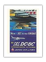 オリエントへのジェット機 - 日本航空(JAL) - ビンテージな航空会社のポスター によって作成された ナガイ c.1958 -プレミアム290gsmジークレーアートプリント - 46cm x 61cm