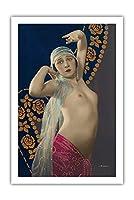 立っているヌード - 古典的なフランス語のヌード - 手描きの色付きアート - フランスのはがきから によって作成された ジュリアン・マンデル c.1910s - プレミアム290gsmジークレーアートプリント - 61cm x 91cm