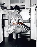 大きな写真、オードリー・ヘップバーン、裸足でキッチン