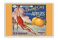 カリフォルニアのリンゴ - ニュータウンPippins - ダイビングガールズブランド - ビンテージなフルーツの木箱のラベル c.1920s - アートポスター - 33cm x 48cm