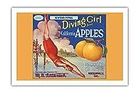 カリフォルニアのリンゴ - ニュータウンPippins - ダイビングガールズブランド - ビンテージなフルーツの木箱のラベル c.1920s - プレミアム290gsmジークレーアートプリント - 61cm x 91cm