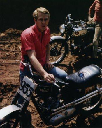 ブロマイド写真★スティーブ・マックイーン/赤いシャツを着てバイクと一緒/【ノーブランド品】