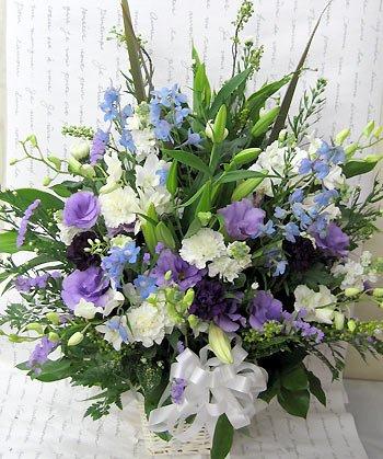 花由 お供え生花アレンジ ユリ入りLサイズ たて長 白+青・紫系 マケプレプライム便