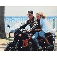 大きな写真「トップガン」バイクのトム・クルーズとケリー・マクギリス