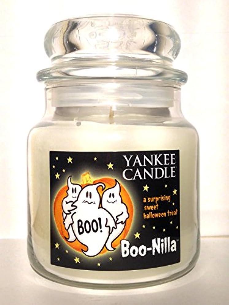 横たわるリネン天のYankee Candle boo-nilla Boonilla Vanilla Marshmallow香りHalloween Candle