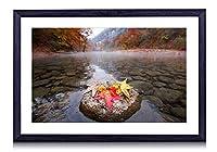 川、石、カエデの葉、秋、朝 - 木製の黒額縁装飾画壁画 写真ポスター 壁の芸術 (50cmx35cm)
