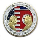 米国のドナルド・トランプ大統領と金正日(キム・ジョンイルン)のコイン・シェイクは、韓国の記念貨幣を手にした金メッキの政治的贈り物 (金色)