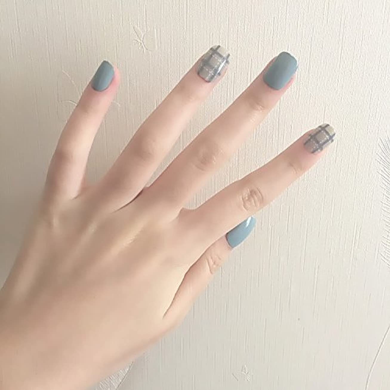 無許可麦芽電信ブルーグレー+白点線 ショートネイルチップ つけ爪 24枚貼り付け爪