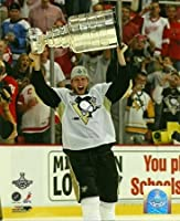 Jordan Staal Pittsburgh Penguins Holding Stanley Cup 8x 10フォト