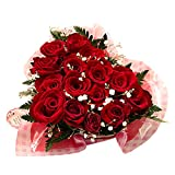 ハート形になった赤バラのアレンジ♪レッドハート 翌日配達お花屋さん 正午までのご注文は翌日、またはご希望の日にお届け致しますred roses heart shaped gift-wrap with baby's breath