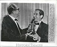 Historicイメージ1957押しフォトSinger Perry Como Made Honorary Friarsのメンバー – 8.25 X 10 In
