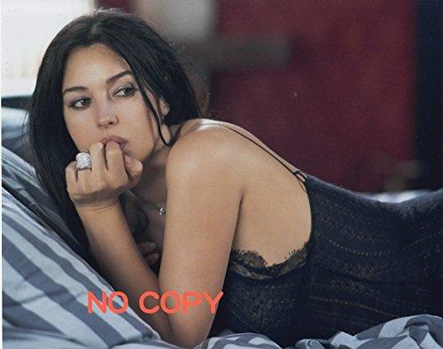 大きな写真、モニカ・ベルッチ、うつ伏してセクシーな一枚