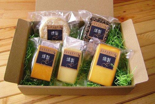チーズ燻製シリーズ 5点セット ナチュラルチーズの燻製 160g ナチュラルチーズの燻製 ブラックペパー 160g カマンベールチーズの燻製 90g チェダーチーズの燻製 50g モッツァレラチーズの燻製 50g 【SAKAKINO】