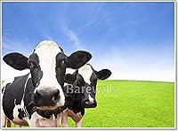 Barewalls 緑の草の上の牛 フィールドクラウド 背景 ペーパープリント ウォールアート (44インチ x 60インチ)