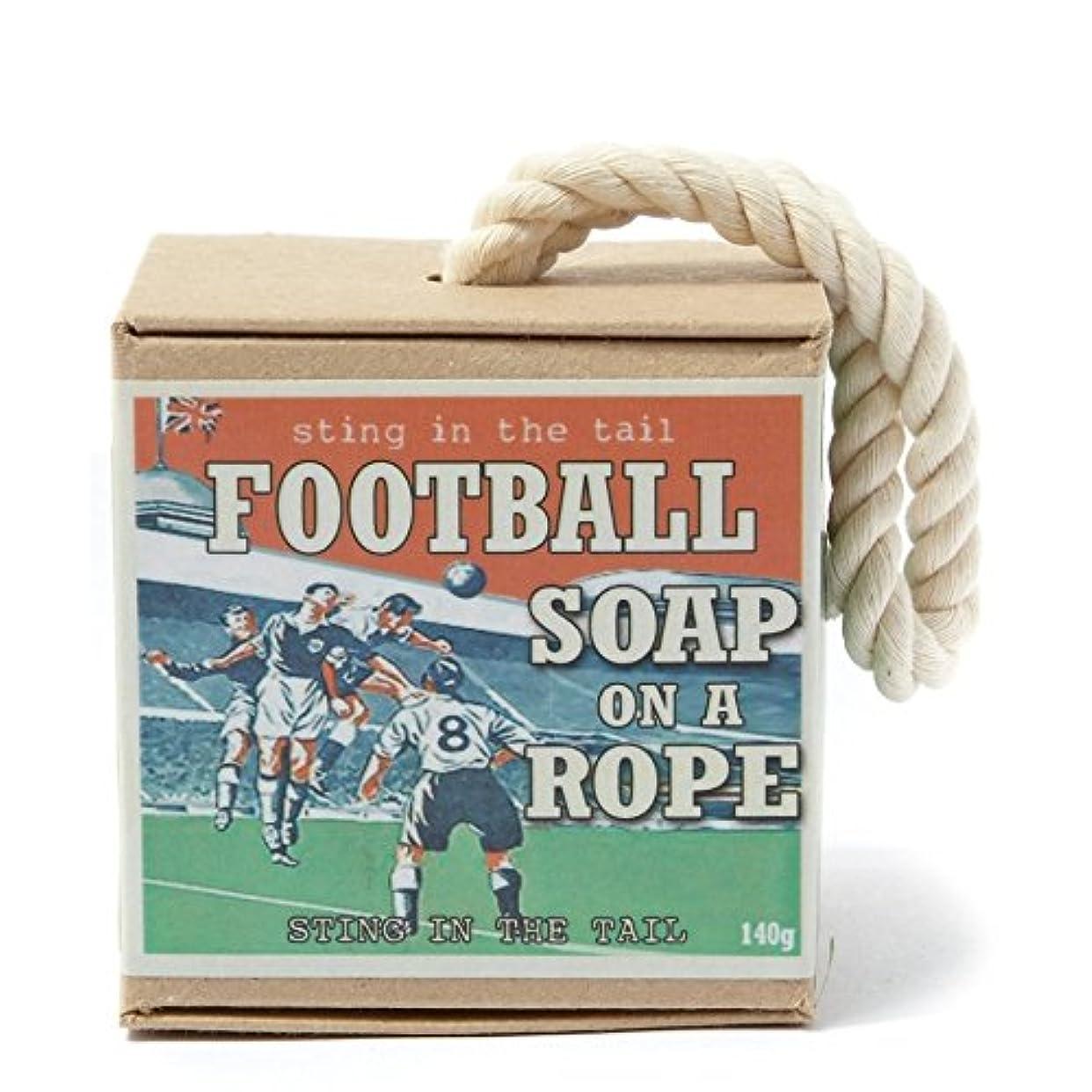 石鹸トーク引っ張るロープ石鹸のテールサッカーで刺します x4 - Sting In The Tail Football on a Rope Soap (Pack of 4) [並行輸入品]