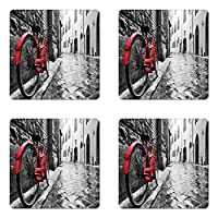 4つの自転車コースターセットby lunarable、クラシックバイクon cobblestone street in Italian Townレジャー芸術的写真、正方形ハードボードグロスコースターfor Drinks、レッドブラックとホワイト